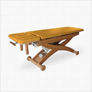 Ein Bild, dass eine Therapieliege aus Holz zeigt